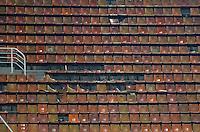 ATENÇÃO EDITOR: FOTO EMBARGADA PARA VEÍCULOS INTERNACIONAIS - SÃO PAULO, SP, 16 DE SETEMBRO DE 2012 - CAMPEONATO BRASILEIRO - PALMEIRAS x CORINTHIANS: Torcida quebra cadeiras da arquibancada durante partida Palmeiras x Corinthians, válida pela 25ª rodada do Campeonato Brasileiro no Estádio do Pacaembú. FOTO: LEVI BIANCO - BRAZIL PHOTO PRESS