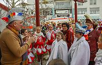 Büttelborn 03.03.2019: Rosensonntagsumzug<br /> Bürgermeister Andreas Rotzinger begrüßt die Prinzenpaare der BCA beim Rathaussturm<br /> Foto: Vollformat/Marc Schüler, Schäfergasse 5, 65428 R'eim, Fon 0151/11654988, Bankverbindung KSKGG BLZ. 50852553 , KTO. 16003352. Alle Honorare zzgl. 7% MwSt.