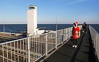 Toeristen bezoeken het Monument op de Afsluitdijk