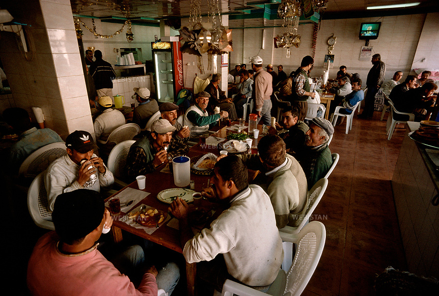2003. Saudi Arabia. Turkish workers eating in the Shamasan turkish restaurant. Arabie Saoudite. Des travailleurs turcs mangent au restaurant turque Shamasan.