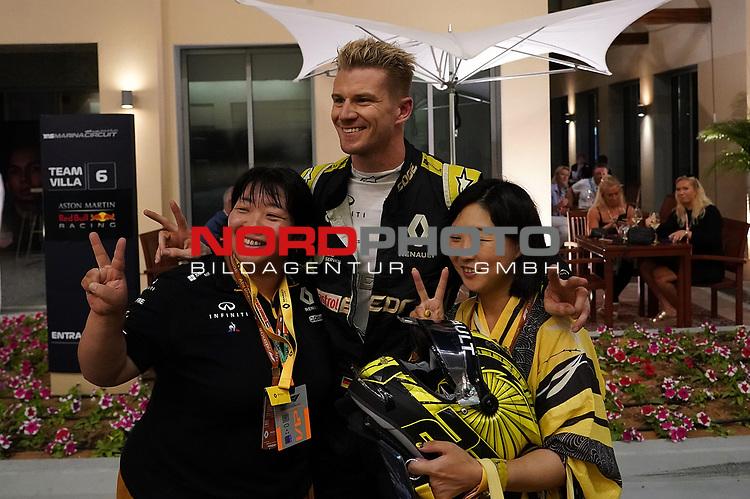 29.11.2019, Yas Marina Circuit, Abu Dhabi, FORMULA 1 ETIHAD AIRWAYS ABU DHABI GRAND PRIX 2019<br />, im Bild<br />Nico Hülkenberg (GER#27), Renault F1 Team mit Fans aus Japan<br /> <br /> Foto © nordphoto / Bratic
