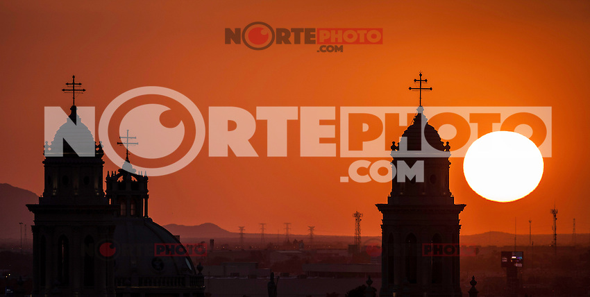 Sol al atardecer a contraluz de la catedral de Hermosillo Sonora.