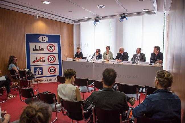 Ein breites Buendnis aus Umwelt- und Verkehrssicherheitsverbaenden fordert ein Tempolimit auf Autobahnen.<br /> Auf einer Pressekonferenz am Freitag den 21. Juni 2019 in Berlin erklaerten die Vertreter der Deutschen Umwelthilfe (DUH), des Verkehrsclub Deutschland (VCD), der Verkehrsunfall-Opferhilfe (VOD), Changing Cities und Greenpeace, dass in Deutschland als einzigem Staat in Europa auf 80 Prozent der Autobahnen ohne jede Tempolimit gefahren werden kann. Gaebe es ein Tempolimit von 80 km/h ausserorts und 120 km/h auf Autobahnen wie beispielsweise die Schweiz, koennten sofort bis zu fuenf Millionen Tonnen des Klimagases CO2 vermieden werden. Zudem wuerde es ueber 100 Todesopfer und mehr als 5.000 Verletzte verhindern. Innerstaedtisch wuerde zudem eine Regelgeschwindigkeit von 30 km/h mehr Sicherheit und weniger Verkehrslaerm bedeuten.<br /> Im Bild vlnr.: Ragnhild Soerensen, Pressesprecherin Changing Cities; Gerd Lottsiepen, Verkehrspolitischer Sprecher des VCD; Ann-Kathrin Marggraf, DUH; Juergen Resch, Bundesgeschaeftsfuehrer der DUH; Wulf Hoffmann, Vorstand, VOD; Benjamin Stephan, Greenpeace Verkehrsexperte.<br /> 21.6.2019, Berlin<br /> Copyright: Christian-Ditsch.de<br /> [Inhaltsveraendernde Manipulation des Fotos nur nach ausdruecklicher Genehmigung des Fotografen. Vereinbarungen ueber Abtretung von Persoenlichkeitsrechten/Model Release der abgebildeten Person/Personen liegen nicht vor. NO MODEL RELEASE! Nur fuer Redaktionelle Zwecke. Don't publish without copyright Christian-Ditsch.de, Veroeffentlichung nur mit Fotografennennung, sowie gegen Honorar, MwSt. und Beleg. Konto: I N G - D i B a, IBAN DE58500105175400192269, BIC INGDDEFFXXX, Kontakt: post@christian-ditsch.de<br /> Bei der Bearbeitung der Dateiinformationen darf die Urheberkennzeichnung in den EXIF- und  IPTC-Daten nicht entfernt werden, diese sind in digitalen Medien nach §95c UrhG rechtlich geschuetzt. Der Urhebervermerk wird gemaess §13 UrhG verlangt.]