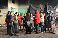 SÃO PAULO, SP, 10 DE JANEIRO DE 2012 - RESCALDO INCÊNCIO BARRACÃO MOCIDADE ALEGRE - Grupo da mocidade Alegre discute soluções aos problemas causados pelo incêndi no barracão na tarde de ontem,09. FOTO: ALEXANDRE MOREIRA - NEWS FREE.