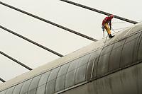 SAO PAULO, SP, 28 JANEIRO 2013 - LIMPEZA DAS VIDRACAS DA ESTACAO SANTO AMARO DO METRO - Alpinistas profissionais foram contratados pelo metro para fazer a limpeza das vidracas que se encontram na area externa da estacao de Santo Amaro da Linha 5-Lilas do Metro de Sao Paulo  na regiao da Marginal Pinheiros zona sul da cidade nessa segunda 28. (FOTO: LEVY RIBEIRO / BRAZIL PHOTO PRESS)