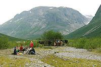 Wanderritt mit Pony in Nord-Norwegen, Skandinavien, Pause während des mehrstündigen Ausritts, Wander-Ausritt, Ausritt, Reiten