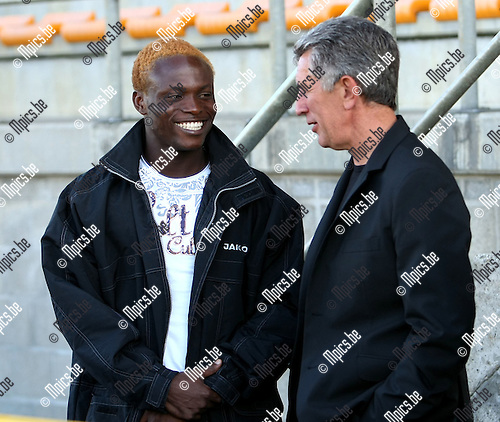 2008-08-19 / Voetbal / Nieuwkomer Agblexo Wisdom in gesprek met trainer Helleputte van Lierse..Foto: Maarten Straetemans (SMB)
