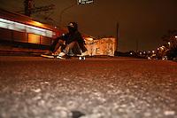 """SAO PAULO - SP - 23 DE AGOSTO DE 2013 - BLACK BLOC/VEJA/PROTESTO. Manifestantes realizam protesto contra a revista Veja, na noite desta sexta-feira, em frente ao prédio da Abril, na capital paulista. A revista semanal traz na capa de sua última edição uma matéria sobre os integrantes do Black Bloc intitulada """"O Bando dos Caras Tapadas"""". FOTO: MAURICIO CAMARGO / BRAZIL PHOTO PRESS."""