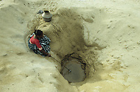 INDIA Tamil Nadu Gulf of Mannar, woman fetch water from well in village Valasai / INDIEN Tamil Nadu Golf von Mannar, Dorf Valasai Frau holt Wasser von Wasserstelle