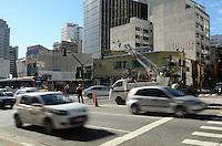 SAO PAULO, 07 DE MAIO DE 2012 - ACIDENTE CONSOLACAO - Um acidente entre carro e moto, que ocasionou a morte do motociclista, causou lentidao na Rua da Consolacao, altura da rua Fernando Albuquerque, e bloqueio de duas faixas no sentido bairro na manha desta segunda feira, na regiao central da capital. FOTO: ALEXANDRE MOREIRA - BRAZIL PHOTO PRESS