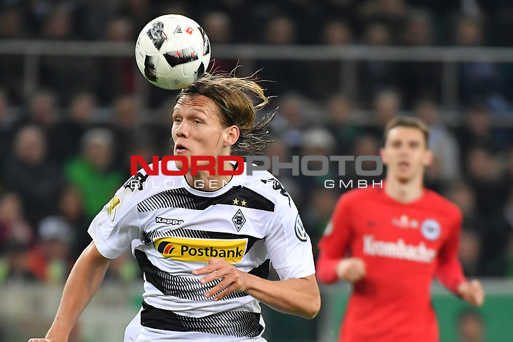 25.04.2017, Borussia-Park, Moenchengladbach, GER, DFB Pokal Halbfinale, Borussia Moenchengladbach vs Eintracht Frankfurt<br /> <br /> im Bild / picture shows: <br /> Jannik Vestergaard (Gladbach #4), Kopfball <br /> <br /> <br /> <br /> Foto &copy; nordphoto / Meuter