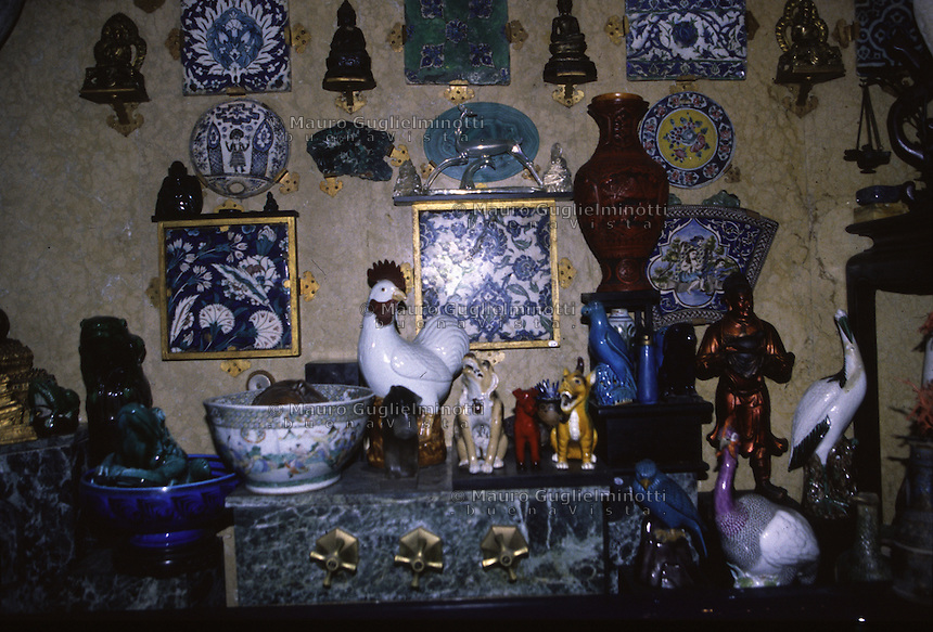 Gabriele d'Annunzio visse in questa casa dal 1921 al 1938 <br /> (Vittoriale des Italiens) Gabriele d'Annunzio (1863-1938) a vecu dans cette demeure sur la rive du lac de Garde entre 1921 et 1938 Il bagno blu La &quot;Baignoire bleue&quot;