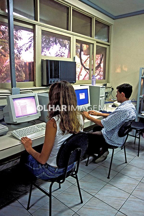 Aula de informática na Universidade de Campina Grande, Paraíba. 2003. Foto de Juca Martins.