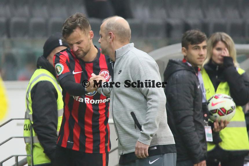 Haris Seferovic (Eintracht) an der Schulter verletzt mit Trainer Thomas Schaaf - Eintracht Frankfurt vs. Borussia Mönchengladbach, DFB-Pokal 2. Runde, Commerzbank Arena