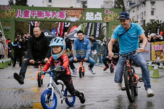 Jakob Fuglsang (DEN) Astana Pro Team with young fans before the 2018 Shanghai Criterium, Shanghai, China. 16th November 2018.<br /> Picture: ASO/Pauline Ballet | Cyclefile<br /> <br /> <br /> All photos usage must carry mandatory copyright credit (© Cyclefile | ASO/Pauline Ballet)