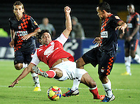 BOGOTA - COLOMBIA-11-05-2013: Gerardo Bedoya (Izq.) jugador del Independiente Santa Fe disputa el balón con Jeison Vargas (Der.) de Boyaca Chico F.C., durante partido en el estadio Nemesio Camacho El Campin de la ciudad de Bogota, mayo 11 de 2013. Independiente Santa Fe y Boyaca Chico F.C., durante partido por la fecha 15 de la Liga Postobon I. (Foto: VizzorImage / Luis Ramirez / Staff). Gerardo Bedoya (L) player of Independiente Santa Fe fights for the ball with Jeison Vargas (R) from Boyaca Chico F.C., during game in the Nemesio Camacho El Campin stadium in Bogota City, May 11, 2013. Independiente Santa Fe and Boyaca Chico F.C., during match for the round 15 of the Postobon League I. (Photo: VizzorImage / Luis Ramirez / Staff).