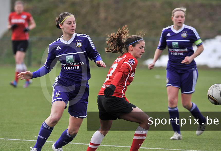 RSC Anderlecht Dames - PSV / FC Eindhoven : ..Danielle van de Donk aan de bal voor Cynthia Browaeys (links).foto David Catry / Vrouwenteam.be