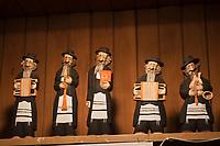 Europe/Voïvodie de Petite-Pologne/Cracovie: Marché de Noël sur la Place du Marché: Rynek Détail statuettes musiciens juifs klezmer