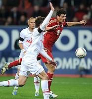 FUSSBALL   1. BUNDESLIGA  SAISON 2011/2012   12. Spieltag FC Augsburg - FC Bayern Muenchen         06.11.2011 Mario Gomez (re, FC Bayern Muenchen) gegen Sebastian Langkamp (FC Augsburg)