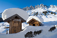 Oesterreich, Winter im Salzburger Land bei Muehlbach: Huette und Raeucherstadl beim Arthurhaus vor der Mandlwand (Hochkoenig 2.941 m) | Austria, winter at Salzburger Land near Muehlbach: hut and smokehouse at Arthur House with Hochkoenig mountains