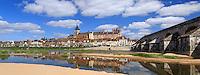 France, Loiret (45), Gien, le château le Vieux Pont et la Loire vu depuis la rive gauche // France, Loiret, Gien, the castle, the Vieux Pont and the Loire view from the left bank