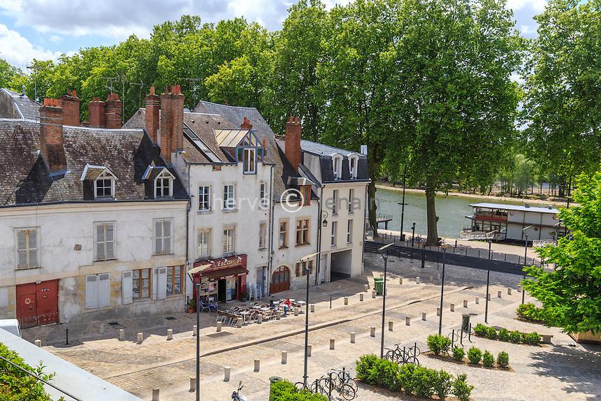 France, Loiret (45), Orléans, rue de la Poterne et quai de la Loire // France, Loiret, Orleans, Poterne street and Loire quay