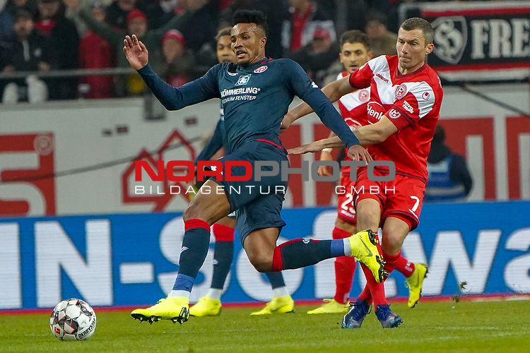 30.11.2018, Merkur Spielarena, Duesseldorf , GER, 1. FBL,  Fortuna Duesseldorf vs. 1.FSV Mainz 05,<br />  <br /> DFL regulations prohibit any use of photographs as image sequences and/or quasi-video<br /> <br /> im Bild / picture shows: <br /> Jean-Philippe Gbamin (Mainz 05 #25), im Zweikampf gegen  Oliver Fink (Fortuna Duesseldorf #7),  <br /> Foto © nordphoto / Meuter