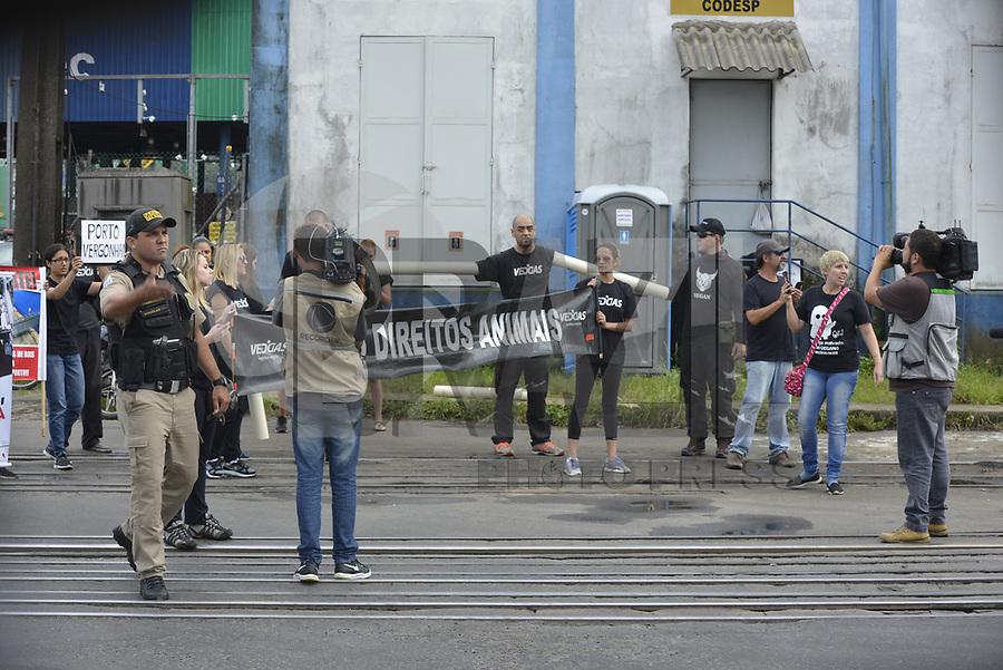 SANTOS, SP, 27.01.2018 - PROTESTO-SANTOS - Manifestantes durante ato contra embarque de carga viva no Porto de Santos em Santos neste s&aacute;bado, 27. A estimativa &eacute; que, nos pr&oacute;ximos dias, 27 mil cabe&ccedil;as de gado sejam embarcadas em um navio com destino &agrave; Europa.<br /> A embarque est&aacute; sendo realizado no p&aacute;tio da Ecoporto com um r&iacute;gido esquema de seguran&ccedil;a. (Foto: Andr&eacute; Souza/Brazil Photo Press)