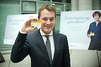"""Berlin, Bundesgesundheitsminister Daniel Bahr (FDP) haelt am Donnerstag (31.05.13) im Gesundheitsministerium nach einer Pressekonferenz zum Start einer neuen Organspendekampagne unter dem Motto """"Das trägt man heute: den Organspendeausweis"""" einen Organspendeausweis mit seinem Namen. Foto: Steffi Loos/CommonLens"""
