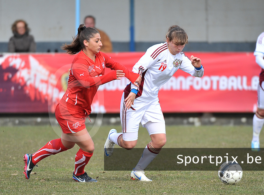 Switzerland U19 - Russia U19 : Alena Zhizhova (rechts) aan de bal voor Mirjine Selimi.foto DAVID CATRY / Nikonpro.be