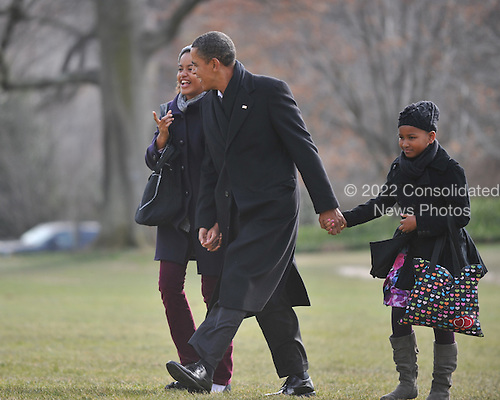 Washington, D.C. - January 4, 2010 -- United States President Barack Obama, center and daughters Malia, left, and Sasha, right, return from their winter vacation in Hawaii aboard Marine 1 on Monday, January 4, 2010..Credit: Ron Sachs / Pool via CNP