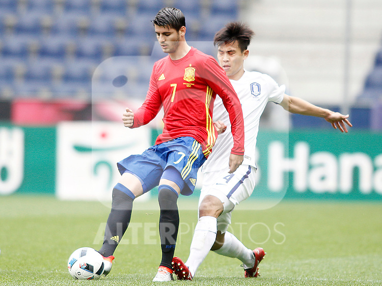 Spain's Alvaro Morata (l) and South Korea's Keehee Kim during friendly match. June 1,2016.(ALTERPHOTOS/Acero)