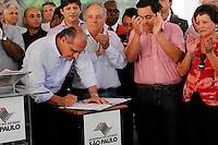 ARUJA, SP, 02 DE FEVEREIRO 2012 - ALCKMIN TITULO CIDADAO ARUJAENSE -  O governador do Estado Geraldo Alckmin, durante cerimonia que recebeu o Titulo de Cidadao Arujaense, no mesmo evento Alckmin anunciou a duplicação da Rodovia Mario Covas e investimentos em moradia com recursos da (FUMEFI), nesta quinta-feira, no Centro Industrial de Aruja. (FOTO: WARLEY LEITE - NEWS FREE).