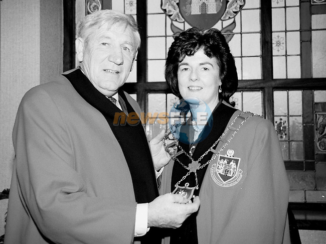 Tommy Murphy handing over the chains of office to Marie O'Brien Campbell First Female Mayor of Drogheda...Pic Fran Caffrey/Newsfile