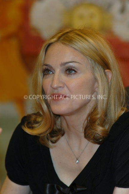 WWW.ACEPIXS.COM ** ** ** ....New York, June 7 2005....Singer Madonna signs copies of her new children's book 'Lotsa da Casha' in a bookstore in mid-town Manhattan. ....Please byline: Jane Miller -- ACE PICTURES... *** ***  ..Ace Pictures, Inc:  ..Craig Ashby (212) 243-8787..e-mail: picturedesk@acepixs.com..web: http://www.acepixs.com