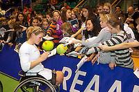 18-12-10, Tennis, Rotterdam, Reaal Tennis Masters 2010, Esther vergeer deelt handtekeningen uit