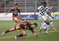IBAGUE -COLOMBIA, 31-ENERO-2015. Herman Figueredo  del Deportes Tolima disputa el balon contra el  Chico F.C durante la primera fecha de La Liga Aguila jugado en el estadio Manuel Murillo Toro de la ciudad de Ibague. / Herman Figueredo  of Deportes Tolima dispute for the ball against   of Chico F.C.  during the first round of La Liga Aguila played at Manuel Murillo Toro   stadium in Ibague city. Photo / VizzorImage /  Juan Carlos Escobar / Stringer