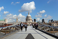 United Kingdom, London: Millennium Bridge and St. Paul's Cathedral | Grossbritannien, England, London: Millennium Bridge und St. Paul's Cathedral