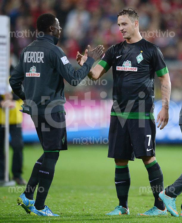 FUSSBALL   1. BUNDESLIGA   SAISON 2012/2013  5. SPIELTAG  26.09.2012 SC Freiburg - SV Werder Bremen JUBEL SV Werder Bremen; Marko Arnautovic (re) klatscht Joseph Akpala ab