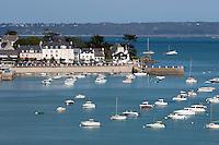 France, Brittany, Département Finistère, Locquirec: beach Plage du Port und Hafen | Frankreich, Bretagne, Département Finistère, Locquirec: Hafen und Strand Plage du Port