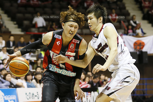 (L-R)<br /> Takuya Kawamura (Trians),<br /> Yasutoshi Uda (Brave Thunders),<br /> May 21, 2014 - Basketball : <br /> National Basketball League &quot;NBL&quot; FINALS 2013-2014 GAME 1 match between Wakayama Trians 61-69 Toshiba Brave Thunders <br /> at Kawasaki Todoroki Arena, Kanagawa, Japan. <br /> (Photo by AFLO SPORT)