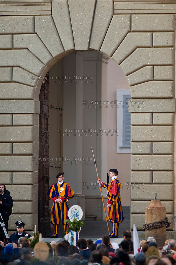 Roma, 22 Febbraio 2013. Due Guardie Svizzere presidiano l'ingresso principale della residenza estiva Papale di Castel Gandolfo.