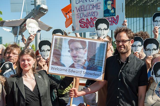 Snowden-Aktion vor dem NSA-Untersuchungsausschuss.<br />Mitglieder der Piratenpartei hiessen am Donnerstag den 22. Mai 2014 den Whistleblower Edward Snowden vor Beginn der Sitzung des NSA-Untersuchungsausschuss symbolisch willkommen. Mit der Aktion unter dem Motto &quot;Snowden nach Berlin - fuer einen sicheren Aufenthalt von Edward Snowden in  Deutschland&quot; warb die Piratenpartei dafuer, dass Edward Snowden zum Untersuchungsausschuss nach Berlin eingeladen wird. &quot;Um die Aufarbeitung des Ueberwachungsskandals nicht vollstaendig zur Farce werden zu lassen, halten wir es fuer unabdingbar, Edward Snowden als Zeugen nach Berlin zu laden&quot;, so die Piraten.<br />Im Bild: Die Piraten Anke Domscheid-Berg und ihr Mann Daniel Domscheid-Berg halten ein Plakat mit einem Bild von Edward Snowden.<br />22.5.2014, Berlin<br />Copyright: Christian-Ditsch.de<br />[Inhaltsveraendernde Manipulation des Fotos nur nach ausdruecklicher Genehmigung des Fotografen. Vereinbarungen ueber Abtretung von Persoenlichkeitsrechten/Model Release der abgebildeten Person/Personen liegen nicht vor. NO MODEL RELEASE! Don't publish without copyright Christian-Ditsch.de, Veroeffentlichung nur mit Fotografennennung, sowie gegen Honorar, MwSt. und Beleg. Konto: I N G - D i B a, IBAN DE58500105175400192269, BIC INGDDEFFXXX, Kontakt: post@christian-ditsch.de]