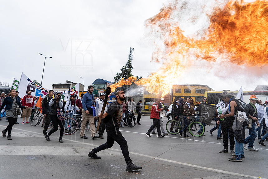 "BOGOTÁ -COLOMBIA, 07-08-2018: Miles de manifestantes se congregaron en el parque de La Hoja en Bogotá hoy, 07 de agosto de 2018, durante la ""Marcha por la Vida"" convocada por el excandidato presidencial y líder de ""Colombia Humana"" Gustavo Petro y que se realiza simultaneamente en las principales ciudades de Colombia . / Thousands of demonstrators gathered in the La Hoja park in Bogotá today, August 7, 2018, during the ""March for Life"" convened by the former presidential candidate and leader of ""Colombia Humana"" Gustavo Petro and which takes place simultaneously at the Main cities of Colombia. Photo: VizzorImage / Diego Cuevas / Cont"