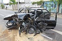 SAO PAULO, SP, 01.11.2014 - ACIDENTE TRANSITO - <br /> Grave acidente na Avenida Abel Ferreira, próximo à Avenida Regente Feijó, no bairro da Água Rasa, zona leste da capital paulista, na madrugada desse sábado (1). O veículo subiu no canteiro central e colidiu contra duas arvores. Uma pessoa ficou ferida e foi socorrida pelos bombeiros. (Foto: Luiz Guarnieri / Brazil Photo Press).