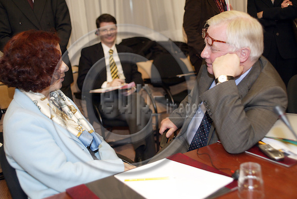 Belgium---Brussels---Council---General Affairs and External Relations---Tour de Table/Round Table              17.11.2003.Ana PALACIO, Minister of Foreign Affairs , Spain;  Christopher PATTEN, Commissioner for external relations  ..PHOTO: EUP-IMAGES / ANNA-MARIA ROMANELLI