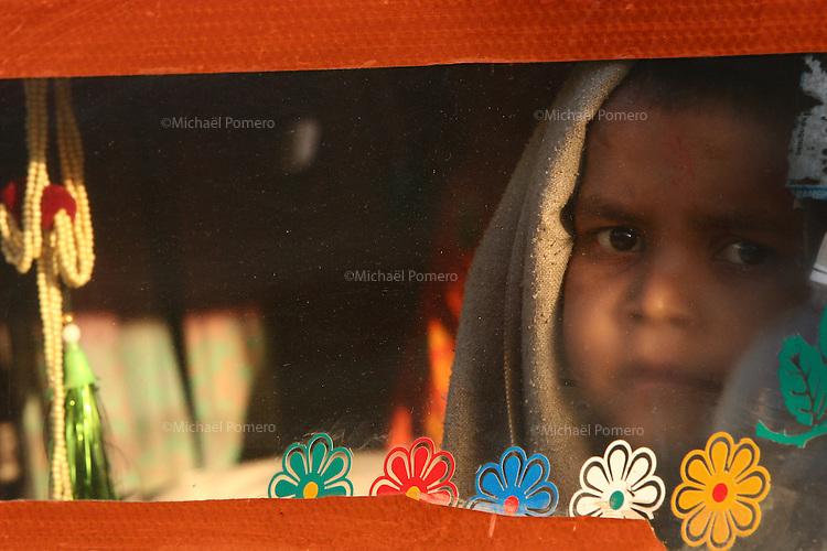 04.11.2008 Pushkar(Rajasthan)<br /> <br /> Child of pilgrims waking up after a night in a truck during the annual fair of Pushkar.<br /> <br /> Enfant de pèlerins se reveillant apres une nuit dans un camion pendant la foire annuelle de Pushkar.