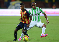 MEDELLIN -COLOMBIA-26-OCTUBRE-2014. Carlos Arboleda   (Izq) de Aguilas Pereira  disputa el balon con Atletico Nacional durante partido de la 16 fecha de La Liga Postobon jugado en el estadio Atanasio Girardot. / Carlos Arboleda  (L) of Aguilas Pereira  struggles the ball against  Atletico Nacional   during the 16th date round match of La Liga Postobon played at the Atanasio Girardot  Stadium .  Photo: VizzorImage / Luis Rios / Stringer