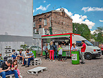 &bdquo;Streat slow food&rdquo; hamburgery serwowane z kampera przy ulica Kupa na Krakowskim Kazimierzu.<br /> &quot;Streat slow food&quot; burgers served from a camper at Kupa street in Krakow's Kazimierz district.