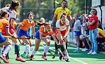 BLOEMENDAAL - Floor van Dongen (MOP) met Sanne Caarls (Bldaal)   tijdens de tweede Play Out wedstrijd hockey dames, Bloemendaal-MOP (5-1)  COPYRIGHT KOEN SUYK